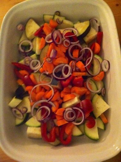 1 kleine rote Zwiebel schälen und in Ringe schneiden, über das restliche Gemüse geben