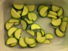 1 Zucchini kleinschneiden und in eine Auflaufform geben