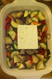 den Feta auf das Gemüse setzen