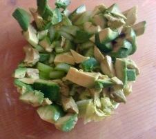 Avocado entkernen, schälen und kleinschneiden