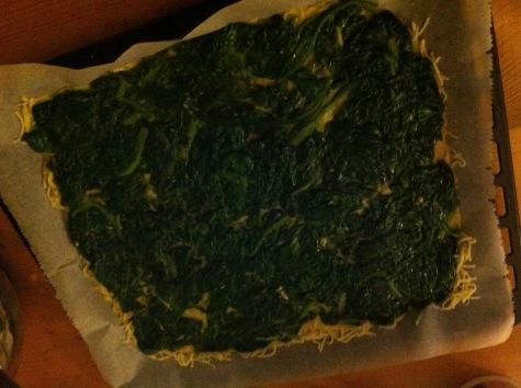 Spinatmischung auf den Käse streichen und bei 180°C im Ofen backen