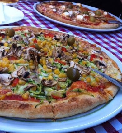 best pizza in town - wohl eher nicht, dafür aber schön groß!