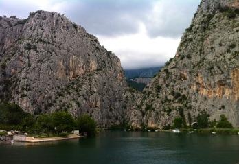 Durch den Berg rechts geht die Strasse, man kann aber direkt am Fluss aussen herum gehen
