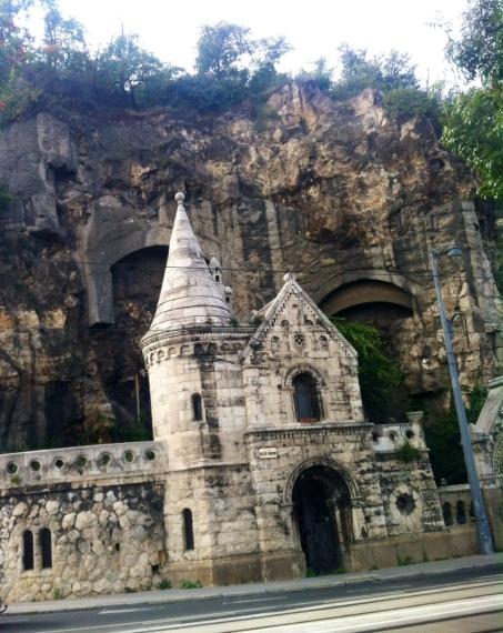 auf der Budaseite unterhalb des Gellert-Hügel