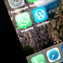 WhatsApp checken (ich habe es auf lautlos, damit ich entscheiden kann, wann ich was sehen will)