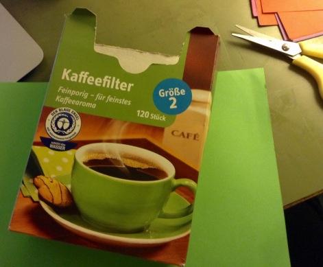 zu beklebendes Item zurechtlegen, hier Kaffeefilterpackung