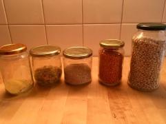 Bohnen, Linsen, Quinoa, Buchstabennudeln und Polenta
