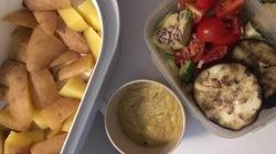 gegarte Kartoffeln mit Soße und Salat