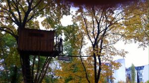 Baumhaus mit Aushang für ein zu vermietendes Doppelzimmer