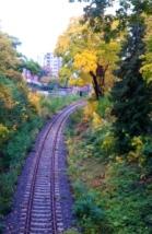 über die Schienen zum versteckten Friedhof Grunewald