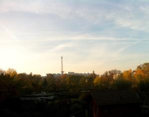 Gartenidylle zwischen Schienen und Blick zum Funkturm